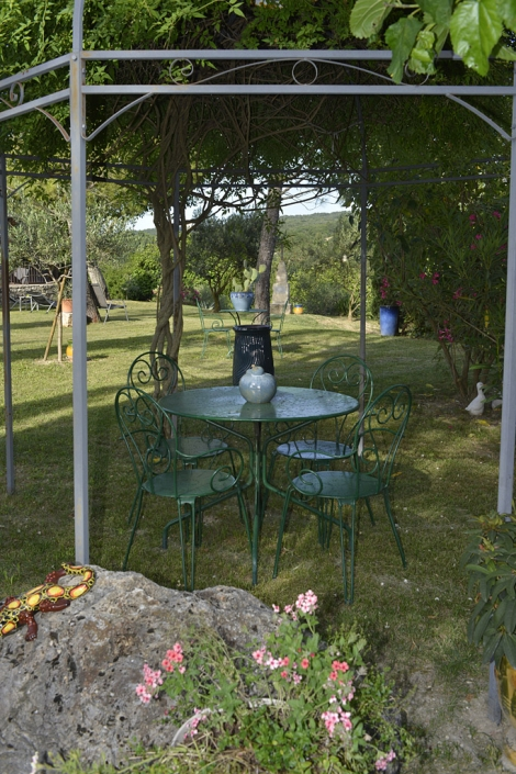Pergola dans le jardin de la Grange de Mailhac
