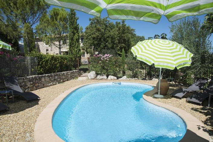La piscine à disposition des hôtes de la Grange de Mailhac