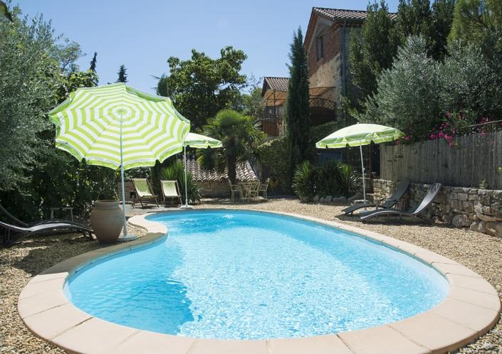 La piscine des chambres d'hôtes de la Grange de Mailhac à Barjac