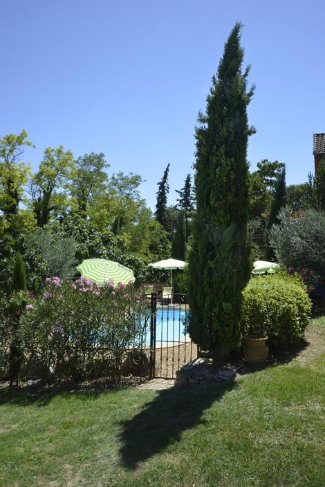 Vue de la piscine depuis de jardin